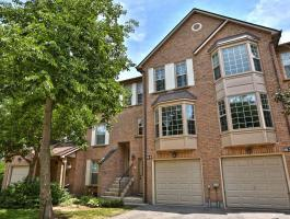 3 BEDROOM TOWNHOME IN A QUIET RIVER OAKS COMPLEX!