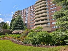 ***1 BEDROOM CONDO IN A GREAT BUILDING IN RICHMOND HILL CLOSE TO EVERYTHING!!